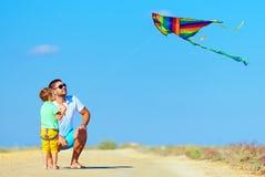 Familia que juega con la cometa, vacaciones de verano Foto de archivo libre de regalías