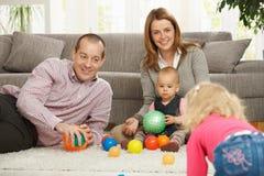 Familia que juega con las bolas Imagen de archivo libre de regalías