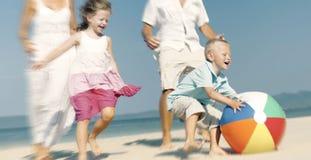 Familia que juega concepto de la playa de la reconstrucción de la vinculación de la felicidad Fotografía de archivo