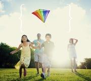Familia que juega concepto del ocio del verano de la cometa al aire libre Fotografía de archivo libre de regalías