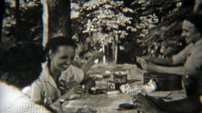 1949: Familia que juega el póker al aire libre mientras que acampa NEWARK, NEW JERSEY almacen de metraje de vídeo