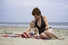 Familia que juega en arena en Virginia Beach Virginia Oceanfront imagen de archivo