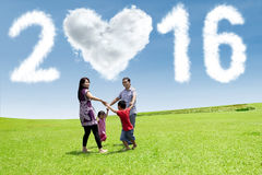 Familia que juega en el campo con los números 2016 Fotografía de archivo libre de regalías