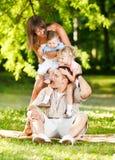 Familia que juega en el parque Foto de archivo libre de regalías