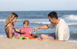 familia que juega en la playa Foto de archivo libre de regalías