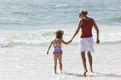Familia que juega en la playa Imágenes de archivo libres de regalías