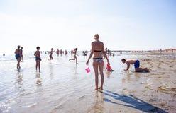 Familia que juega en la playa Imagen de archivo