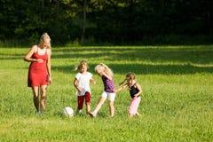 Familia que juega a fútbol Foto de archivo