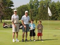 Familia que juega a golf Fotografía de archivo libre de regalías