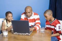 Familia que juega los juegos de ordenador Foto de archivo libre de regalías