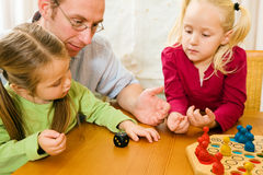 Familia que juega un juego de mesa fotografía de archivo