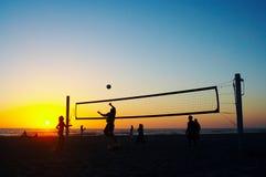 Familia que juega a voleibol de la playa Fotografía de archivo libre de regalías