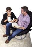 Familia que lee en casa Fotografía de archivo libre de regalías