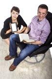 Familia que lee en casa Fotos de archivo libres de regalías