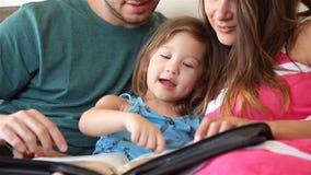 Familia que lee la biblia junto almacen de metraje de vídeo