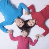 Familia que lleva a cabo las manos en un círculo, tiro directamente arriba fotos de archivo libres de regalías