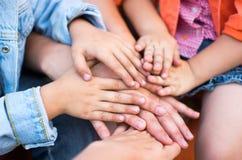 Familia que lleva a cabo sus manos juntas imagen de archivo libre de regalías
