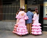 Familia que lleva el dinero de la caja de banco la feria de Sevilla Imagen de archivo libre de regalías