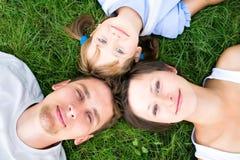Familia que miente en hierba fotografía de archivo libre de regalías