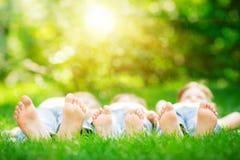 Familia que miente en hierba Imágenes de archivo libres de regalías