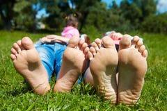 Familia que miente en la hierba Fotos de archivo libres de regalías