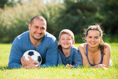 Familia que miente en la hierba Foto de archivo libre de regalías