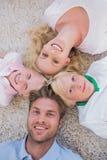Familia que miente en un círculo Foto de archivo libre de regalías