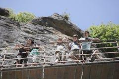 Familia que mira abajo del puente contra rocas Fotografía de archivo libre de regalías