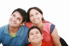 Familia que mira asombrosamente para arriba el copyspace Foto de archivo libre de regalías