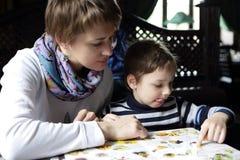 Familia que mira el menú Imagen de archivo libre de regalías