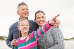 Familia que mira hacia fuera hacia el mar Fotos de archivo