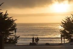 Familia que mira la puesta del sol en Carmel, California Imagen de archivo libre de regalías