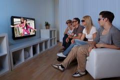 Familia que mira la televisión 3D imagen de archivo libre de regalías
