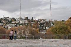 Familia que mira los suburbios Imagenes de archivo