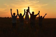 Familia que mira puesta del sol Fotografía de archivo libre de regalías