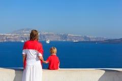 Familia que mira Santorini, Grecia fotografía de archivo