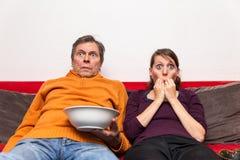 Familia que mira una película espeluznante fotografía de archivo