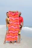 Familia que oculta detrás de la toalla Fotos de archivo libres de regalías