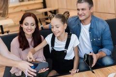 Familia que paga con la tarjeta de crédito Foto de archivo libre de regalías