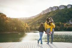 Familia que pasa el tiempo junto por el lago Foto de archivo