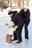 Familia que patina en la pista Foto de archivo libre de regalías