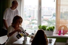 Familia que prepara el desayuno Fotos de archivo libres de regalías