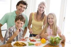 Familia que prepara la comida, mealtime junto Foto de archivo libre de regalías