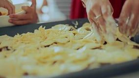 Familia que prepara las patatas para el almuerzo almacen de video