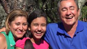 Familia que presenta en el árbol en parque público metrajes