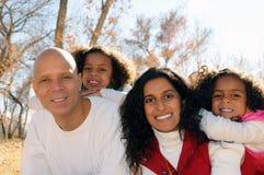 Familia que presenta en la configuración del parque   Foto de archivo libre de regalías