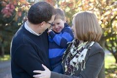 Familia que ríe junto imagen de archivo libre de regalías