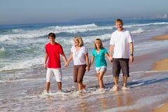 Familia que recorre en la playa Fotografía de archivo