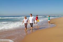 Familia que recorre en la playa Imagen de archivo