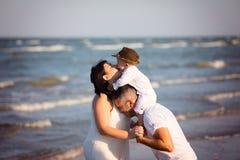 Familia que recorre en la playa Fotos de archivo